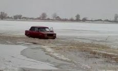 Нелегальную переправу через замерзшую реку перекроют